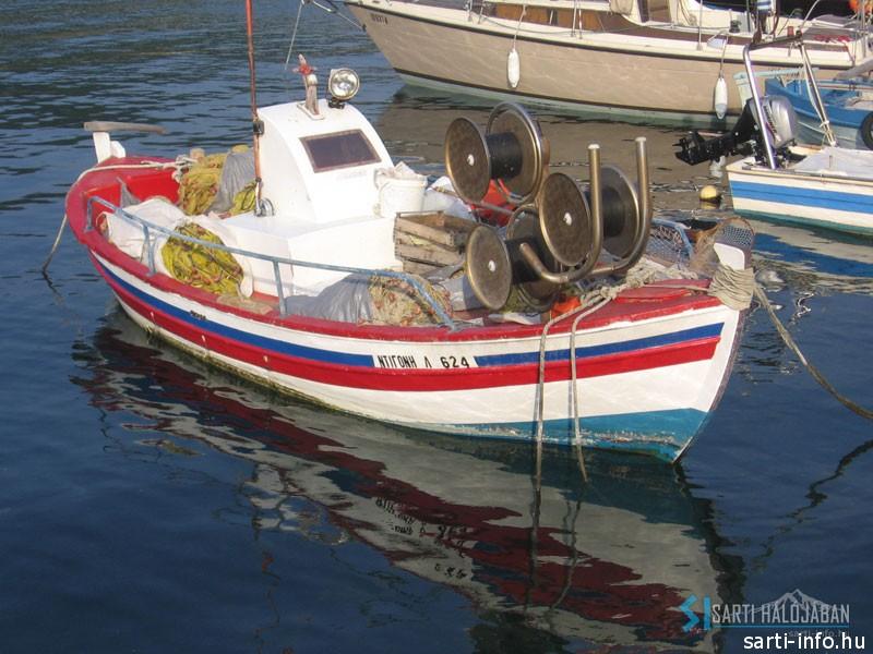 Halászhajó a kikötőben