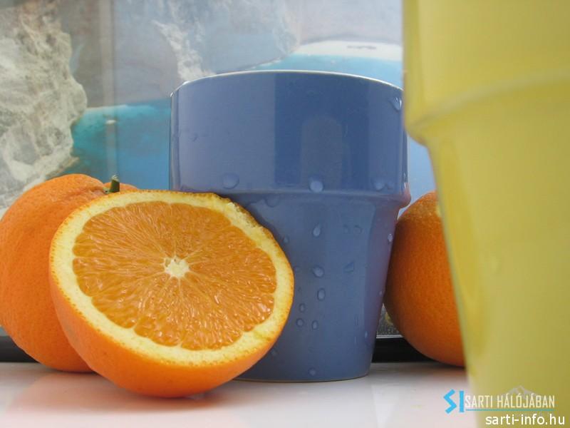 Narancslé színes bögrékben