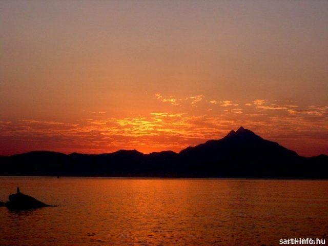Napfelkelte Sartin, az Athos mögül