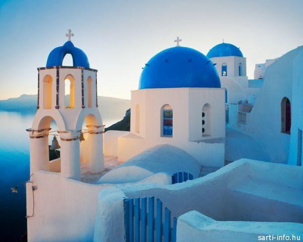 Kék-fehér színű, kék kupolás templom Santorini szigetén