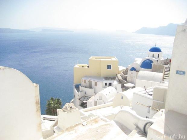 Santorini fehér épületei és kék kupolái