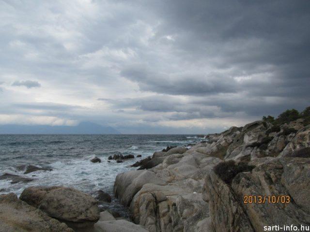 Viharfelhők a sziklák felett