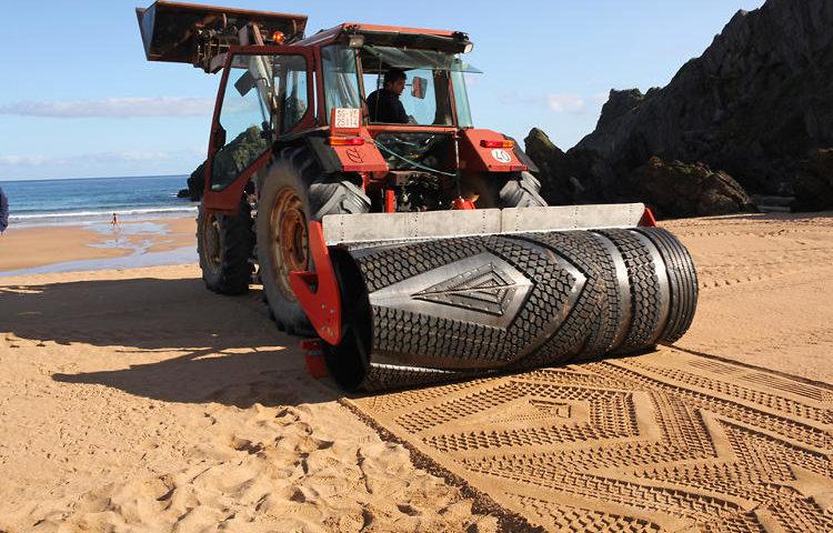 Traktornyomat a tengerparton