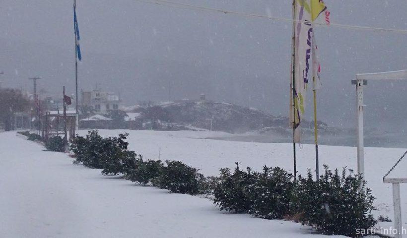 Hó borította tengerparti sétány