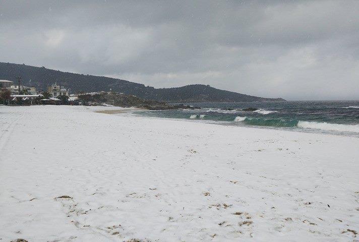 Sarti tengerpartját hó borítja