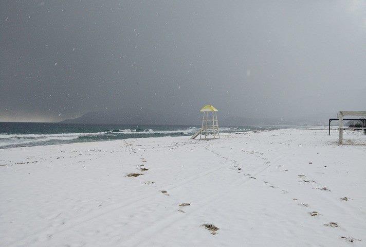 A vízi mentők figyelőhelye a havas parton.