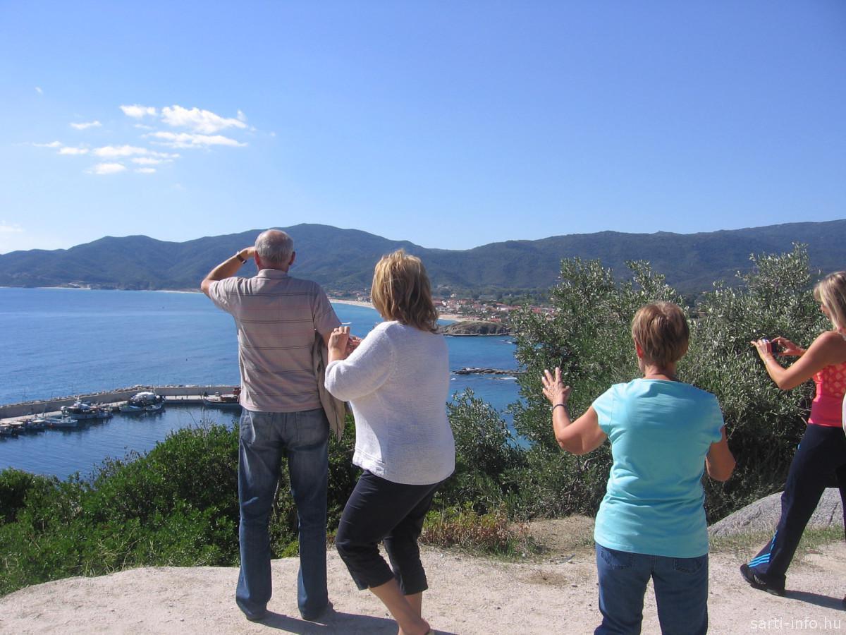 Turisták Sarti felett