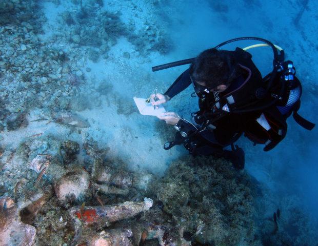 Régész a víz alatt