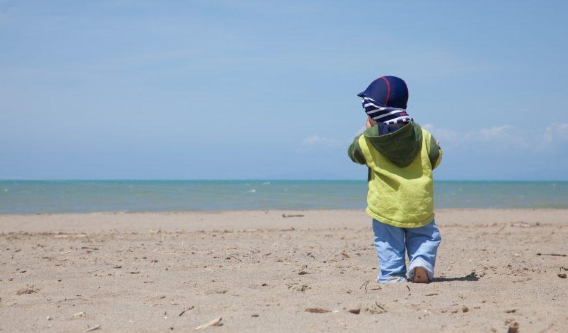 Kisfiú a tengerparton