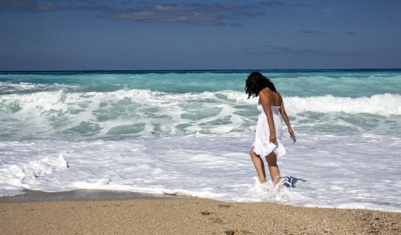 Nő a tengerparton