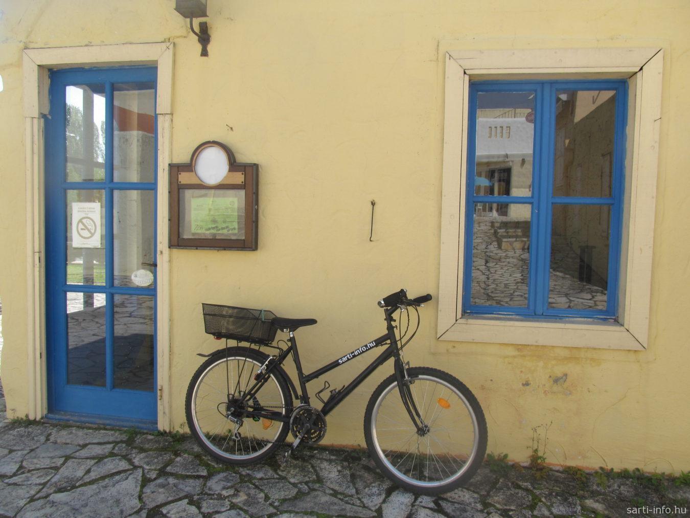 Biciklivel a görög faluban