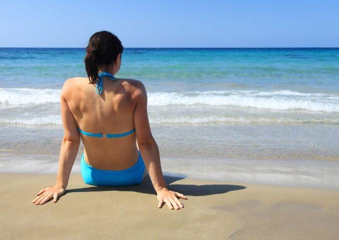 Kék bikinis nő