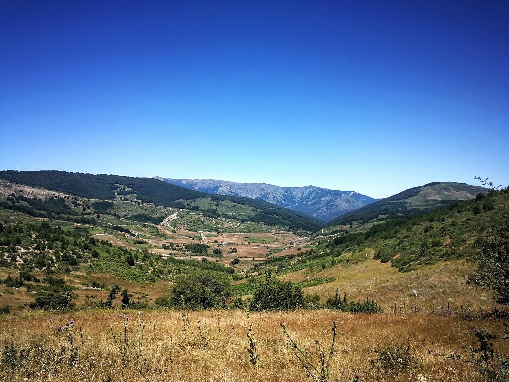 A Livadi falu fölé magasodó hegyekben megszámlálhatatlan szépséggel találkozik az ember.