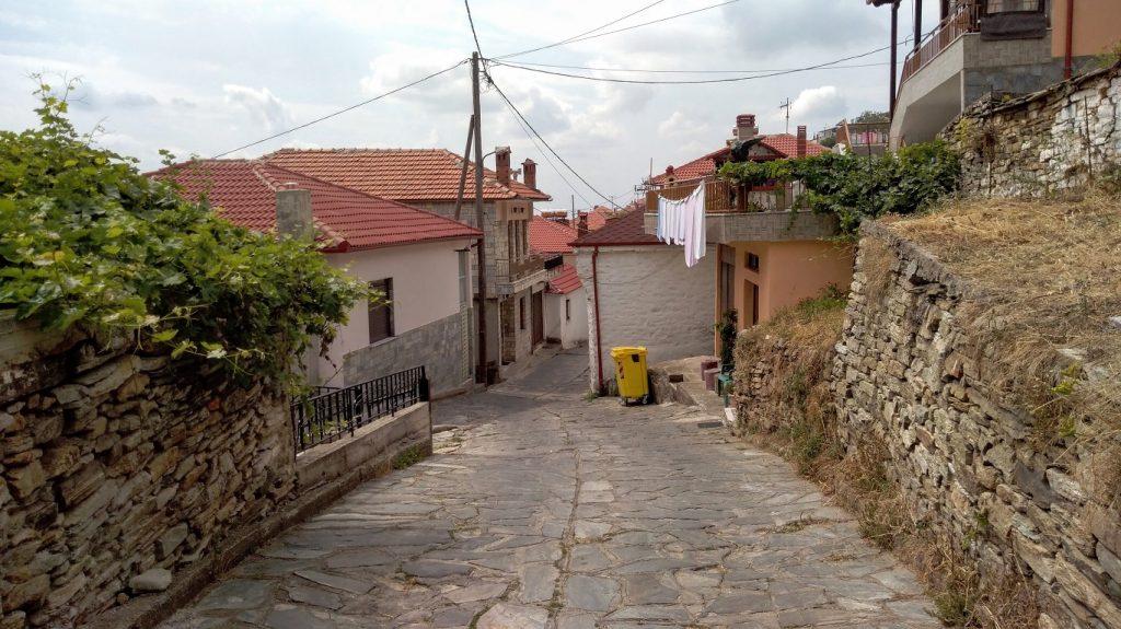 Livadi belülről. Ez a meredek utca csak egy azon meredek utcák közül, amelyek a falut behálózzák.