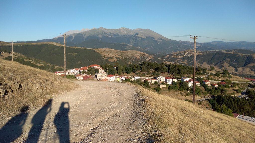 Livadi hegyvidéki görög falu alsó része. A legtöbb házikó az út felett található, a meredek hegyoldalban.